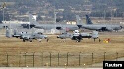 Beberapa pesawat jet tempur AS A-10 Thunderbolt II di pangkalan Angkatan Udara Turki Incirlik (foto: dok).