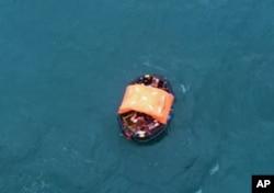沉船船员以救生艇漂流