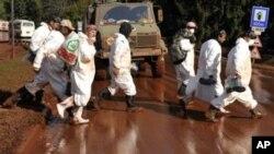 身穿防毒服的匈牙利志愿者经过被有毒污泥污染的街道
