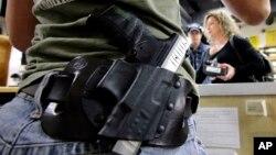 미국 텍사스주 스프링 시 총기 판매점에서 점원이 총을 차고 일을 하고 있다. (자료사진)