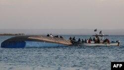 Des enquêteurs en plein travail sur le ferry chaviré MV Nyerere avec un bilan de plus de 150 morts dans le lac Victoria, en Tanzanie, le 21 septembre 2018.