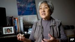 天安门母亲张先玲2014年4月29日在家中,身边是她19岁的儿子王楠的遗像。