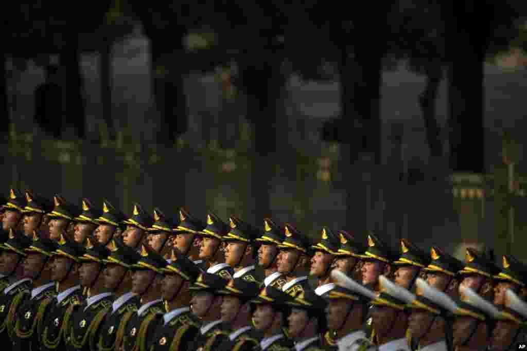 Guarda de honra chinesa na cerimónia de acolhimento do presidente moçambicano, Filipe Nyusi, em Pequim.