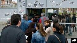25일 스페인 바달로나에서 직업 소개소에 들어서기 위해 구직자들이 줄 서 있다.