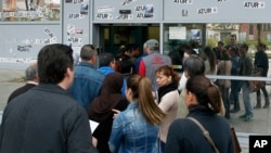 西班牙人在一個失業登記中心排隊。