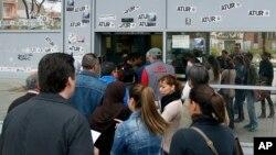 Warga Spanyol antri di kantor bursa kerja di Badalona, dekat Barcelona (25/4). Lebih dari 6 juta tenaga kerja Spanyol menganggur, atau sekitar 27,2 persen dari seluruh angkatan kerja.