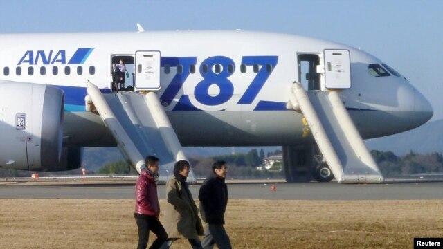 Một chiếc Dreamliner của hãng ANA đã phải đáp khẩn cấp ở Nhật hôm thứ tư, 16/1/2013, sau khi các viên phi công ngửi thấy mùi khét trong phòng lái