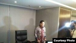 Ketua DPR RI Bambang Soesatyo di ruang kerjanya yang baru. (Foto: VOA/Andylala).