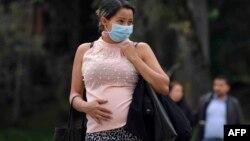 2020年3月16日哥伦比亚波哥大:戴口罩孕妇在等车