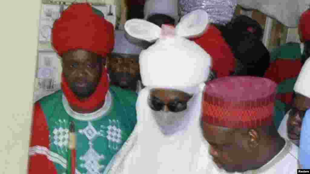 Sarkin Kano Muhammad Sanusi na biyu, ya ziyarci wadanda harin bom din ranar juma'a, ya rutsa dasu, a asibitin Murtala Muhammad, a Kano, 30 ga Nuwamba 2014.