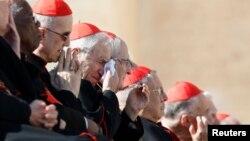 Para kardinal saat menghadiri audiensi terakhir Paus Benediktus XVI di Vatikan (27/2). Mereka akan menetapkan tanggal pemilihan Paus dan mengidentifikasi calon-calon Paus.