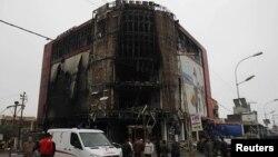 이라크 현지 경찰이 5일 키르쿠크 지역의 경찰 정보본부와 쇼핑몰에서 일어난 테러 현장을 조사중이다.