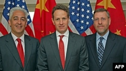左起:财政部协调员洛文杰, 部长盖特纳