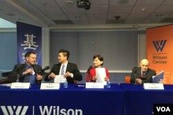 央视主播王冠与台湾自由时报记者曹郁芬在威尔逊中心座谈会同台