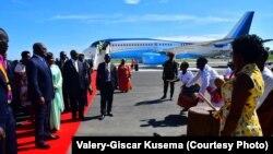 Président Félix Tshisekedi na bokomi bwa ye na libanda ya mpepo ya Entebe, Ouganda, 9 novembre 2019. (Facebook/Valery-Giscar Kusema)