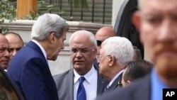 L'Américain John Kerry (g.), s'adresse au Palestinien Mahmoud Abbas (centre) à Amman, le 24 octobre 2015. (AP Photo/Raad Adayleh)