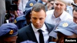 Vận động viên không chân Oscar Pistorius ra tòa án ở Pretoria để nghe phán quyết, ngày 13/10/2014.