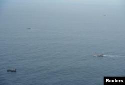 厄瓜多尔海军在加拉帕戈斯群岛附近的太平洋海域上监视一支大多插着中国国旗的渔船船队。(2020年8月7日)
