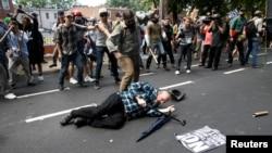 Un homme est tombé au cours des affrontements entre des manifestants nationalistes blancs et un groupe opposé à Charlottesville, Virginie, 12 août 2017.