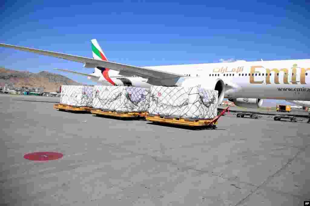 اولین محموله از ۱.۴ میلیون دوز واکسن کرونای جانسون و جانسون، اهدایی ایالات متحده به افغانستان، وارد فرودگاه بینالمللی حامد کرزای در کابل، افغانستان شد.