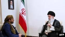 L'ayatollah Ali Khamenei reçoit Mohammed Abdul-Salam, à gauche,porte-parole des rebelles yéménites Houthis, à Téhéran, le 13 août 2019.