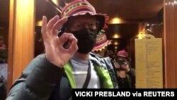 ຜູ້ໂດຍສານກຳປັ່ນສຳລານ Diamond Princess ທ່ານ Chris Peck ທີ່ແຊຫ້ອງກັບ Vicki Presland (ພວມຖ່າຍວີດີໂອ) ກ່ອນລົງຈາກກຳປັ່ນ ທີ່ຈອດຢູ່ເມືອງທ່າໂຢໂກຮາມາ ຂອງຍີປຸ່ນ.