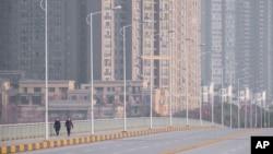 中國武漢市,人戴著口罩在街道上行走。(2020年1月28日)