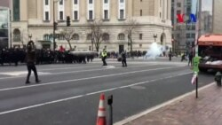 Policía lanza gas pimienta a manifestantes