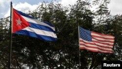 Cờ Mỹ và Cuba tung bay trên bầu trời Havana.