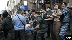 Cảnh sát Nga bắt giữ hàng chục người biểu tình chống chính phủ tại Mascova và St. Petersburg