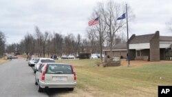 Autoridades investigan el lugar del mortal tiroteo en una escuela secundaria en Benton, Kentucky, el martes, 23 de enero de 2018.