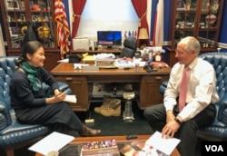 마이크 코너웨이 미 공화당 하원의원(오른쪽)이 집무실에서 VOA 이조은 기자와 인터뷰하고 있다.