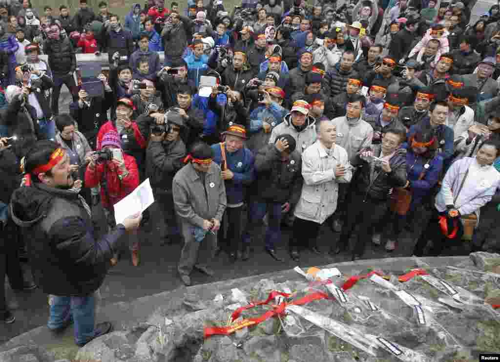 Người biểu tình chống Trung Quốc đọc thông điệp trong cuộc tuần hành đánh dấu kỷ niệm 35 năm cuộc chiến tranh biên giới Việt-Trung tại Hồ Hoàn Kiếm ở Hà Nội, ngày 16/2/2014.