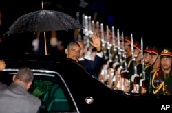 U.S. President Barack Obama waves upon his arrival at Wattay International Airport in Vientiane, Laos, Sept. 5, 2016.