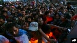 Warga berdesak-desakan untuk mendapatkan bahan bantuan di kota Tacloban, Filipina (18/11).