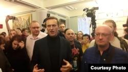 Алексей Навальный и Максим Резник среди журналистов после встречи