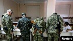 Dân quân vũ trang tân Nga đăng ký trước khi bỏ phiếu tại một địa điểm bầu cử ở Slaviansk, miền đông Ukraine, ngày 11/5/2014.