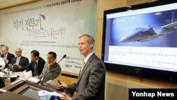지난해 9월 차기전투기(F-X) 사업을 주제로 서울에서 열린 항공우주력 국제학술회의에서 패트릭 게인스 보잉코리아 사장이 F-15SE를 소개하고 있다.