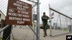 미국 노스다코타주 마이넛 공군기지에서 군인들이 대륙간탄도미사일 통제 시설 출입구를 닫고 있다. (자료사진)