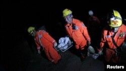 Lực lượng cứu hộ khiêng thi thể nạn nhân thiệt mạng trong vụ lở đất sau trận động đất mạnh ở El Recreo, vùng ngoại ô của San Pedro Sacatepequez trong khu vực San Marcos, khoảng 250 km (120 dặm) về phía nam Guatemala City.