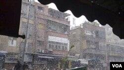 Dalam cuaca bersalju, para demonstran anti-pemerintah Suriah menghadiri prosesi pemakaman korban tewas dalam protes sebelumnya menentang Presiden Bashar al-Assad di Damaskus (18/2).