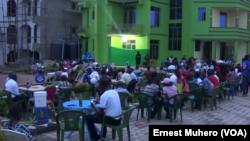 Les spectateurs sont au rendez-vous à Uvira, RDC, le 27 novembre 2017. (VOA/Ernest Muhero)