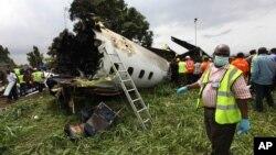 Nhân viên cứu hộ Nigeria tại hiện trường vụ rớt máy bay một máy bay gần một kho nhiên liệu tại sân bay nội địa ở Lagos, ngày 3/10/2013.