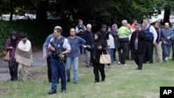 Cảnh sát đưa các nhân chứng khỏi một đền thờ tại thành phố Christchurch hôm 15/3.