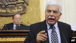 L'ancien Premier ministre egyptien Ahmed Nazif lors d'un discours au parlement, au Caire.