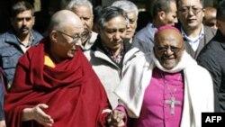 Đức Đạt Lai Lạt Ma (trái) và Đức Tổng giám mục Desmond Tutu sau khi viếng thăm 1 ngôi chùa Tây Tạng ở Dharamsala, 10/2/2012