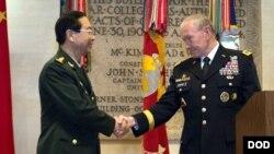 Kepala Komando Staf Gabungan AS Jenderal Martin E. Dempsey, bersalaman dengan Jenderal Fang Fenghui, Kepala Staf Militer China dalam pertemuan di Washington, D.C. (14/5).