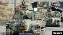Một đơn vị pháo binh của Nam Triều Tiên di chuyển tới gần khu phi quân sự chia cắt hai miền Triều Tiên.