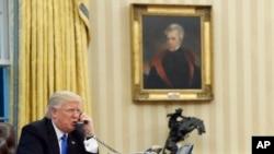 Presiden Donald Trump melakukan pembicaraan telepon dengan Perdana Menteri Australia Malcolm Turnbull di Ruang Oval, Gedung Putih, 28 Januari 2017. (Foto:dok)