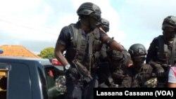 Des agents de police lors d'une manifestation à Bissau. (Photo Lassana Cassama / VOA)